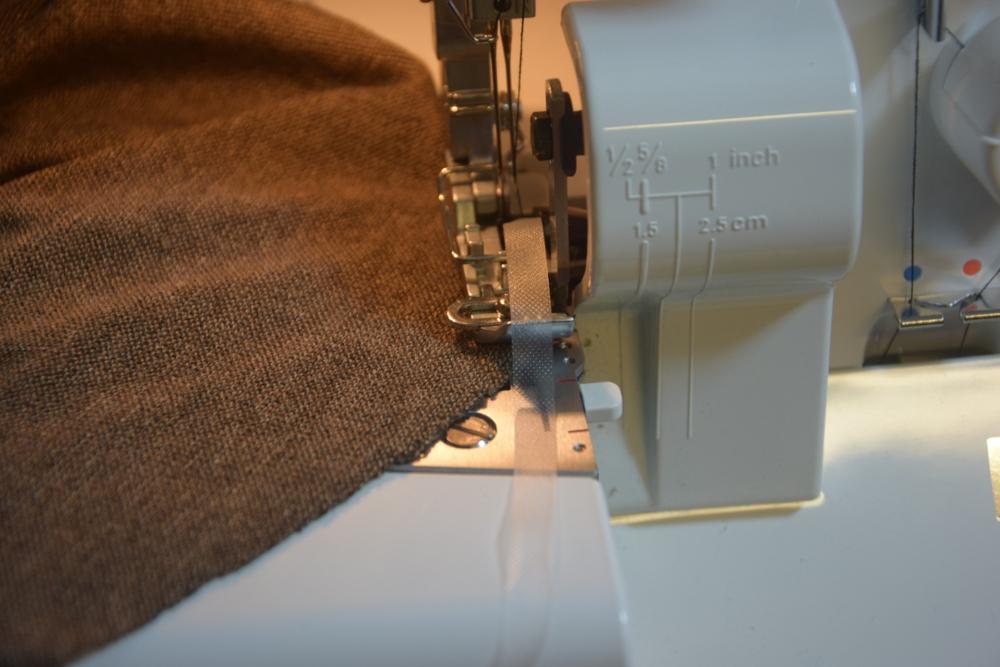 Juki-overlocktest-MO654D-nahtband-einnaehen