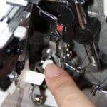 Juki-overlocktest-greifereinfaedelhilfe-detail-1