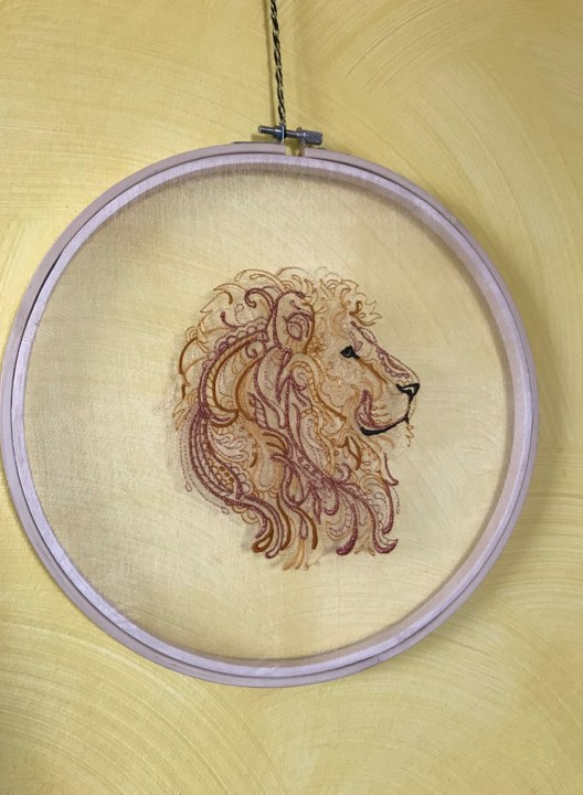 Stickmuster Löwe auf Organza im Stickrahmen