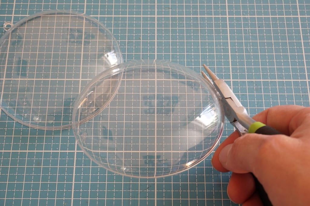 Kunststoffschalen Ösen abtrennen