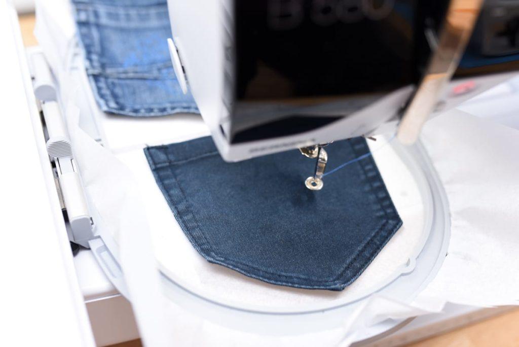 Jeanshosentasche im Stickrahmen