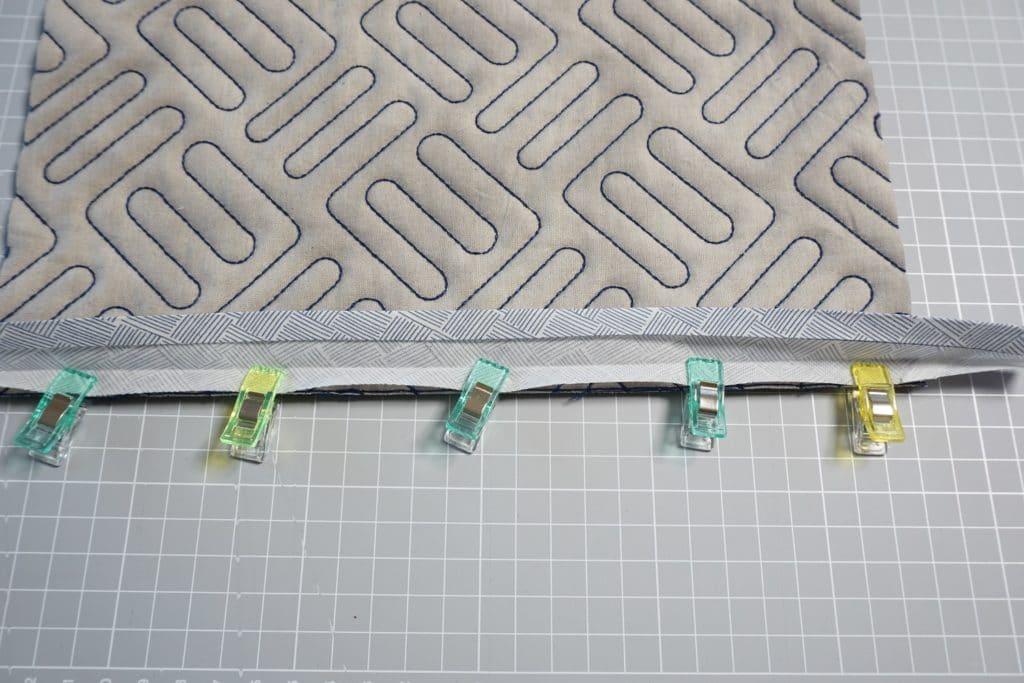 Schrägband am Stoff mit Klammern