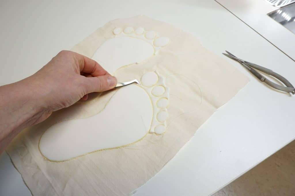 Stickschaum mit Pinzette entfernen
